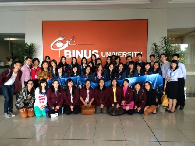 彼得拉大学中文系学生和老师与我校的学生和老师合影