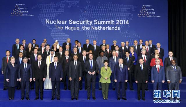 3月25日,中国国家主席习近平在海牙出席第三届核安全峰会第二天会议,期间同与会领导人集体合影。新华社记者 张铎 摄