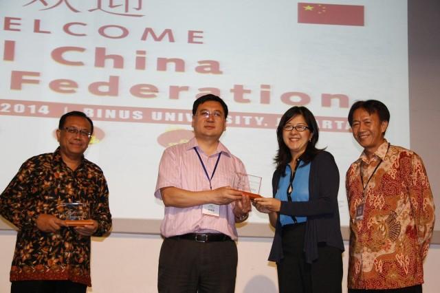 印尼青体部代表、中国青年代表团团长、我校国际关系部门代表、我校副校长互相赠送纪念品(左至右)