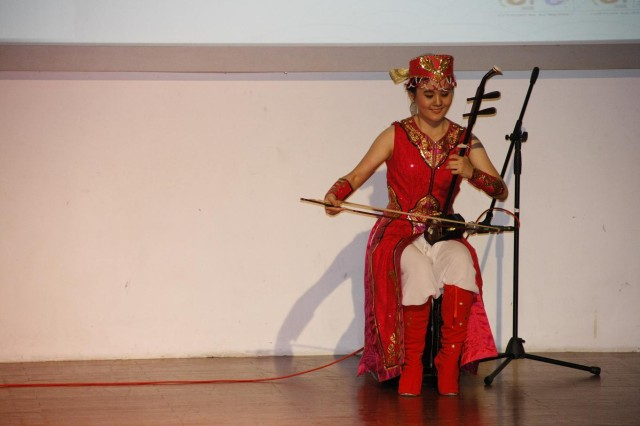 我校学生拉二胡与舞蹈表演