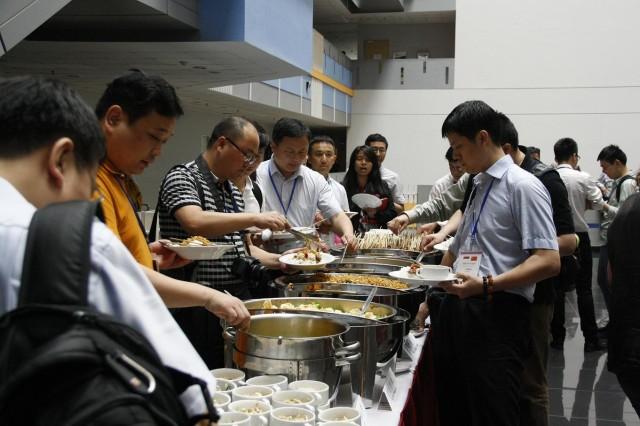 中国代表团品尝我校准备的印尼美食