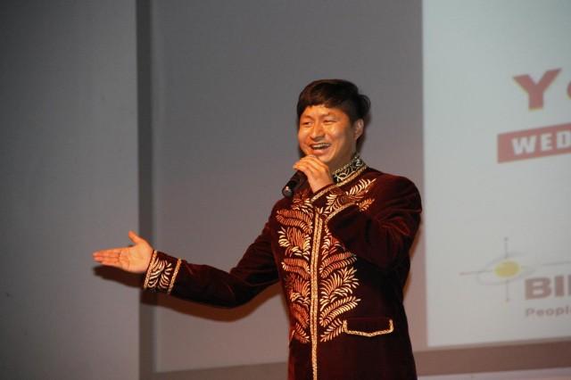 中国代表团男独唱表演