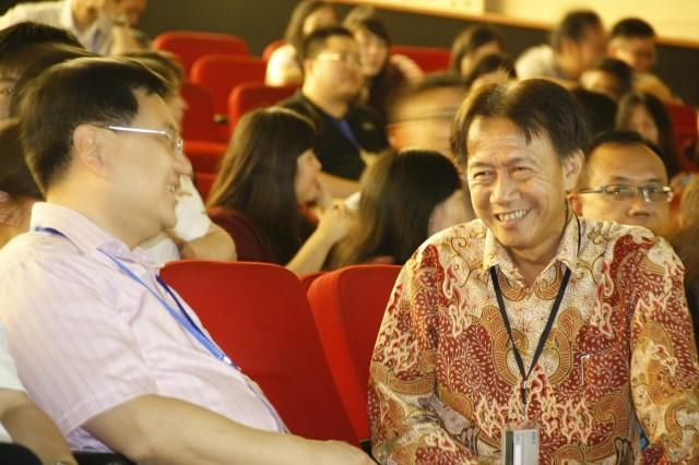我校副校长与中国代表团团长在谈话