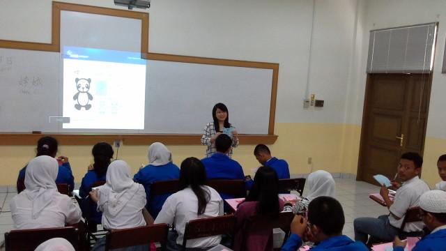 陈老师正在给学生示范怎么剪纸