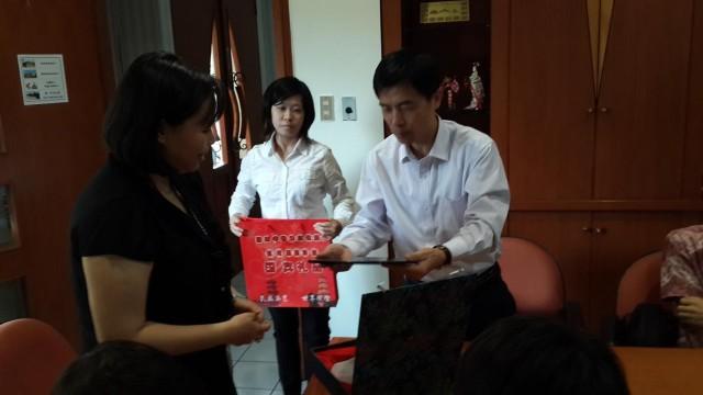 印尼阿拉扎孔子学院中方院长黄彬(右)送我校中文系主任许丽妮(左)纪念品