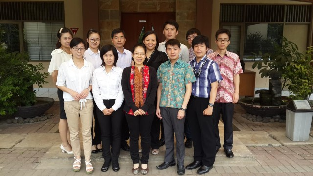 印尼阿拉扎大学孔子学院团体与我校中文系老师合影