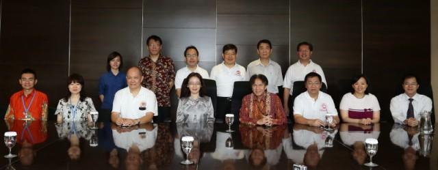 印尼雅加达留台校友会、驻印尼台北经济贸易代表处、我校院长、系主任以及老师们的合影