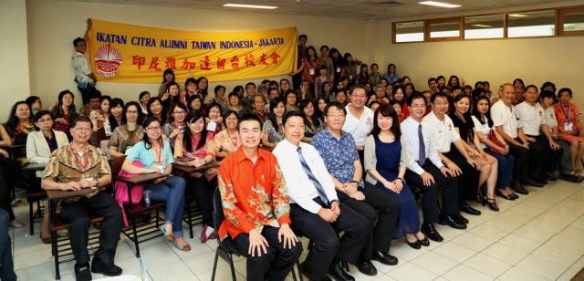 我校系主任与印尼雅加达全体留台校友会闭幕合影