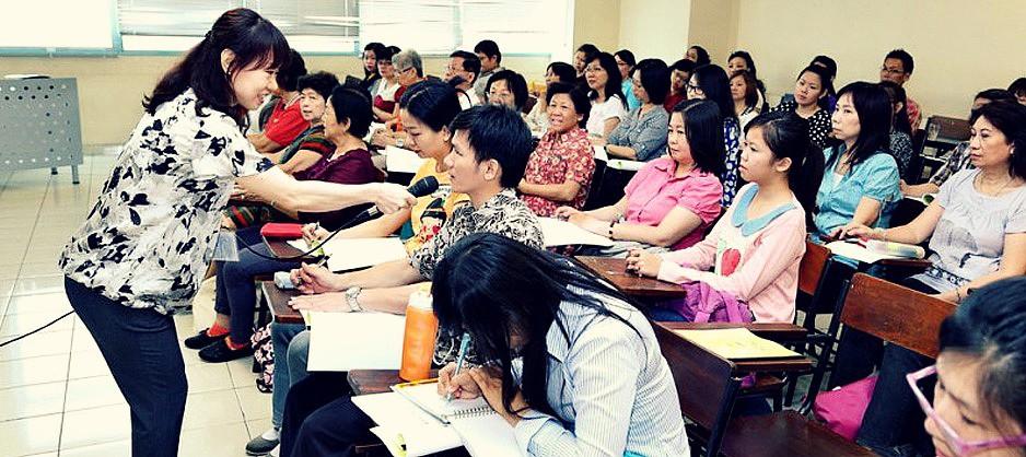 授课教师与参加者灵活互动 00