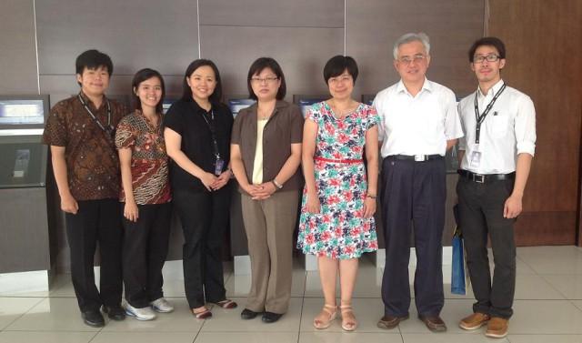 中原大学代表团与建国大学中文系老师合影