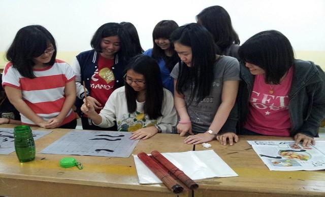 学生开心地学中国书法