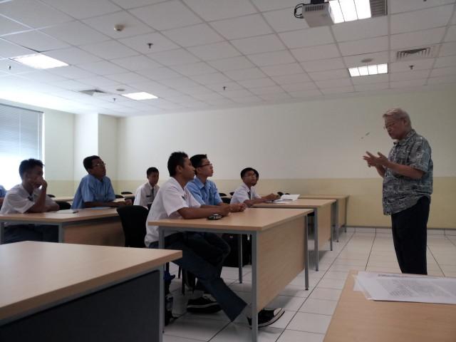 Prof. A. Dahana sedang menjelaskan pentingnya bahasa dan budaya Tiongkok