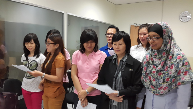 学生正在练唱歌