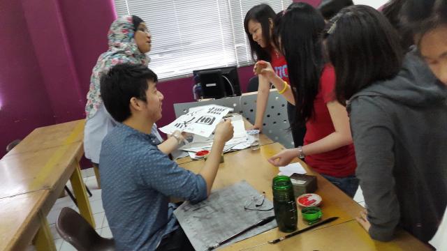 老师在盖章学生们的作品