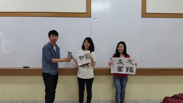 老师颁奖两位最佳学生