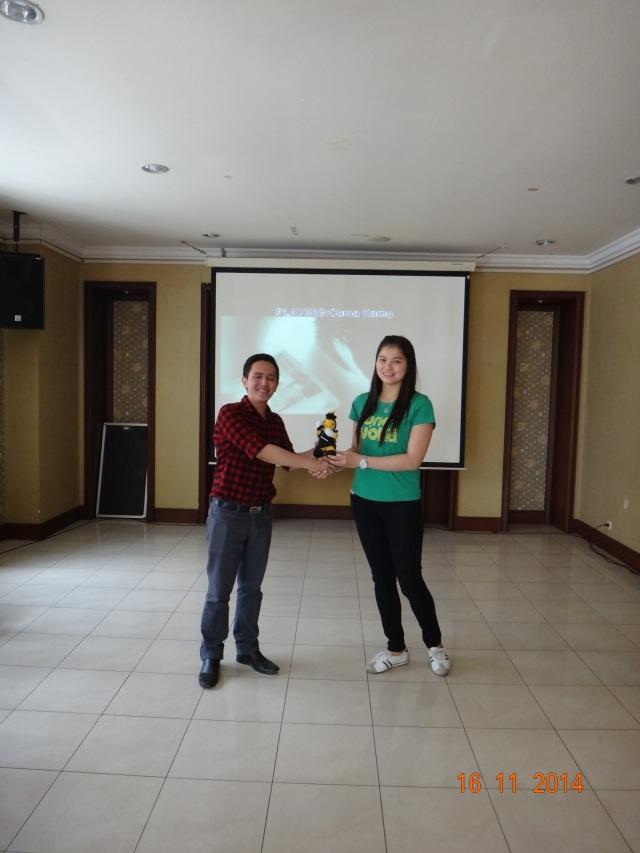 Pemberian Bee Doll dari BARC (Binus Alumni Relation Center) ke Ketua Alumni
