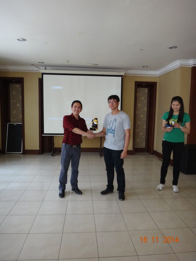 Pemberian Bee Doll dari BARC (Binus Alumni Relation Center) ke Wakil Ketua Alumni