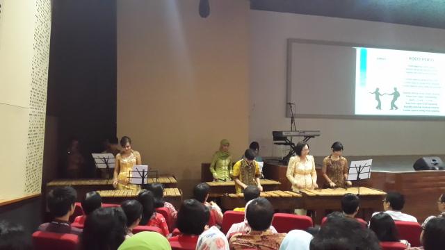 讲师们演出印尼传统乐器