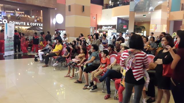 观众正在观看演出