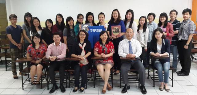 沈阳师范大学代表团与我校中文系主任、老师们与学生们合照