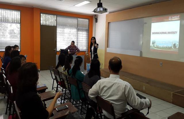 常老师给学生介绍他们的团队与沈阳师范大学的现状