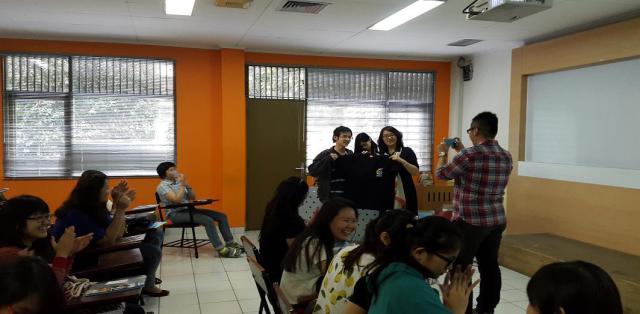 沈阳师范大学国际教育学院副院长给学生介绍他们的团队与沈阳师范大学的现状