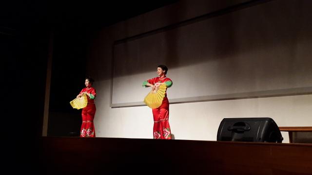 建国大学中文系学生演出《开门红》