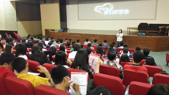 中文系主任,许老师致词并介绍建国大学中文系