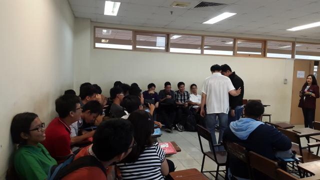 黎欢仁老师正在教学生几招八卦掌