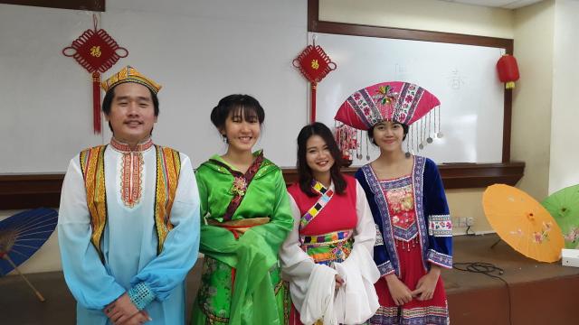 中文系学生穿着中国民族服装