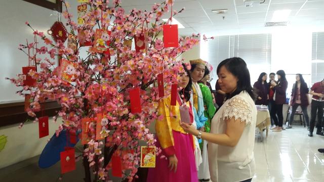 中文系主任,许老师正在检验抽奖的红包