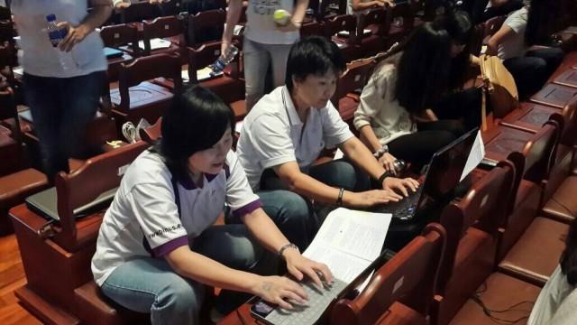 付老师与雪老师参加为盲人打字的慈善活动