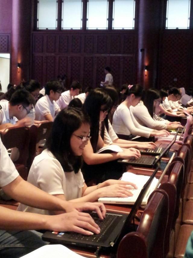 陈老师参加为盲人打字的慈善活动