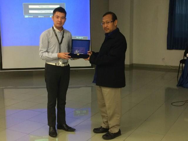 林老师代表我校中文系交给美都电视台代表礼品