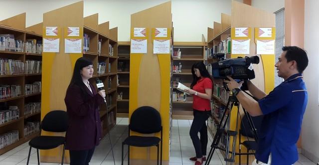 Debby mahasiswi Sastra China BINUS sedang memperkenalkan perpustakaan kampus Kijang BINUS
