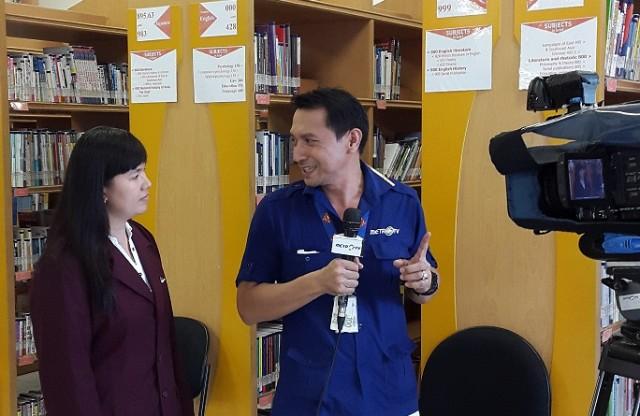 Debby mahasiswi Sastra China BINUS sedang diarahkan oleh reporter dan kameraman Metro TV