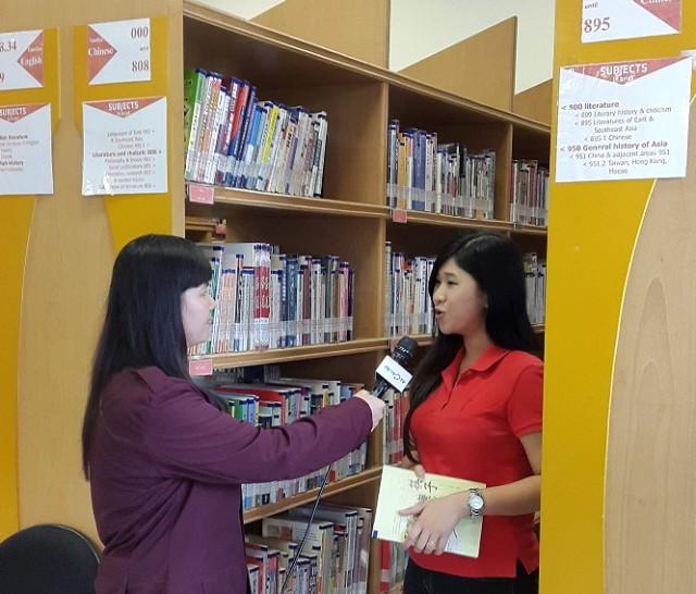 Debby sedang mewawancarai Juniana (mahasiswi Sastra China BINUS)