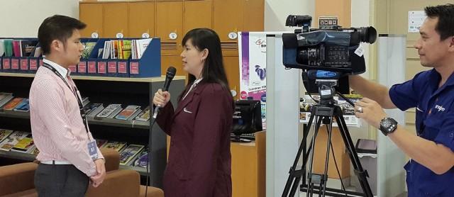 Sugiato Lim laoshi, dosen Sastra China BINUS sedang diwawancara