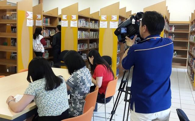Mahasiswa/i dan Dosen Sastra China BINUS yang sedang memanfaatkan fasilitas perpustkaan kampus Kijang BINUS