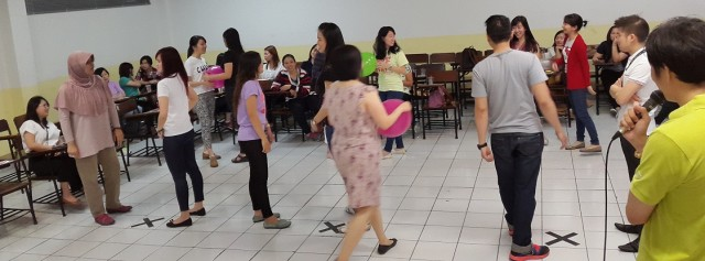 Mahasiswa, alumni dan dosen Sastra China BINUS saling berbaur