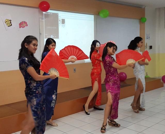 Tarian dari Butterfly Dream Dance Group Sastra China BINUS