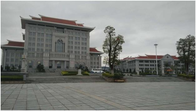 左边是厦门大学翔安校区的五星级图书馆,右边是海外教育学院的教学楼