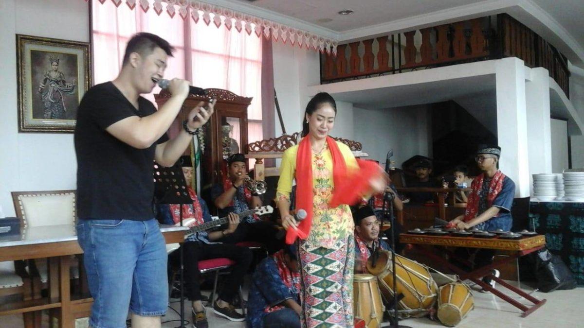 diiringi dengan Gambang Kromong, musik Betawi
