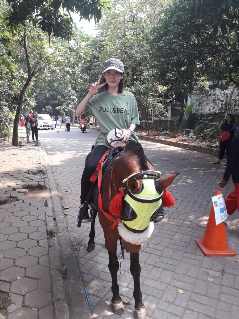 rekreasi menunggang kuda di Kampung Betawi Setu Babakan