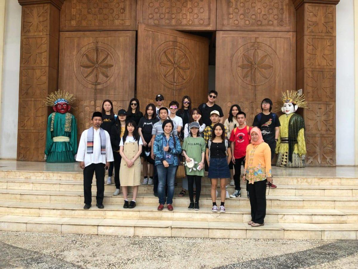 foto bersama seluruh peserta kegiatan
