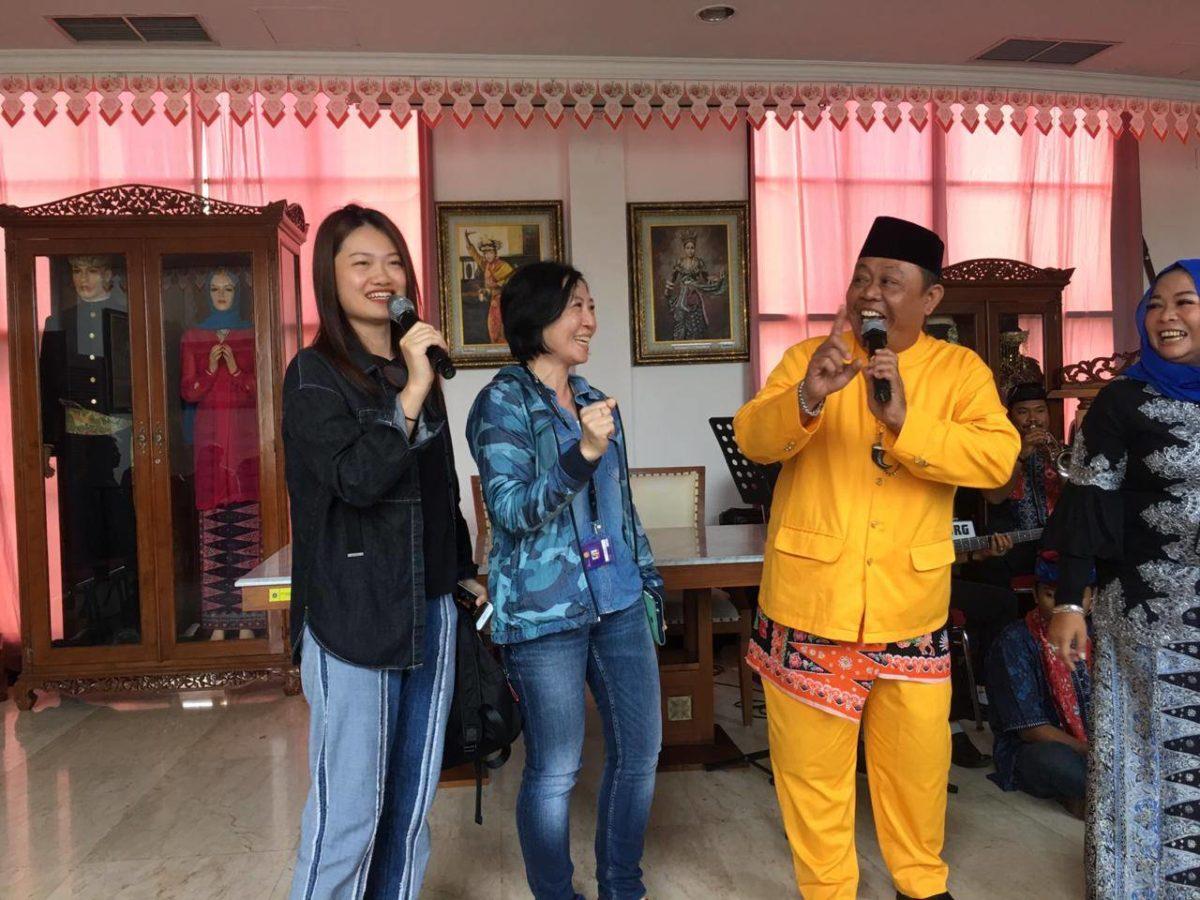 Yi Ying Laoshi berduet dengan penyanyi Betawi